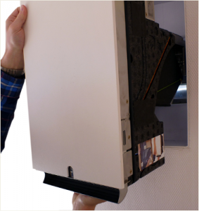 Wohnraumlüftung freeAir 100 Geraet in den Mauerkasten einsetzen