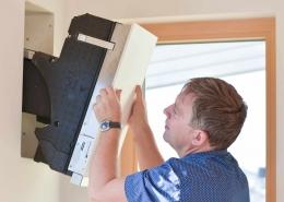 Das Lüftungsgerät lässt sich leicht wieder einsetzen nach der jährlichen Wartung.