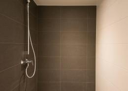 Großzügige, barrierefreie Dusche mit Abluftventil rechts im Bild