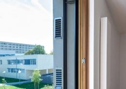 Seitenansicht der Lüftungsanlage. Im Blick: Fensterlaibung und Premium Cover von bluMartin