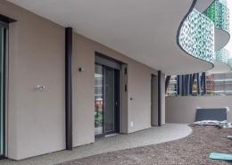 Sicht auf frisch verputzte Wand mit Fensterlaibungslösung des Lüftungssystems freeAir von bluMartin