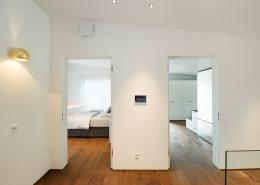 Blick in das Schalfzimmer, welches über den intelligenten Überströmer freeAir plus belüftet wird