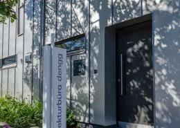 Eingang zum Architekturbüro Dengg. Im Hintergrund die Außenhaube des zweiten Lüftungsgerätes