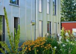Edelstahl-Außenhaube von Lüftungsgerät passt sich perfekt an die Edelstahl-Außenhülle des Gebäudes an