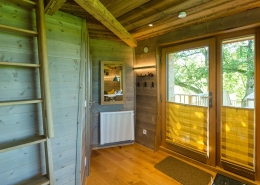 Im Wohnraum sorgt das unter einem Spiegel versteckte Lüftungsgerät für gute Luft