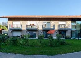 Gartenansicht des ersten Wohnheims mit Edelstahl Außenhauben der Lüftungsanlage freeAir