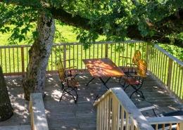 Urlaub unter Bäumen mit großer Terrasse