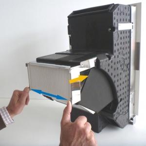 Für Filterwechsel, beide hintere Laschen auseinander drücken und Filter in Air flow Richtung einschieben