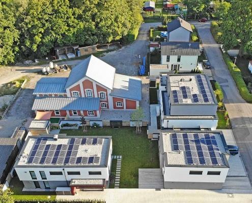 Ansicht aus der Luft auf das Einfamilienhaus und auf das Mehrfamilienhaus in Schwabmünchen