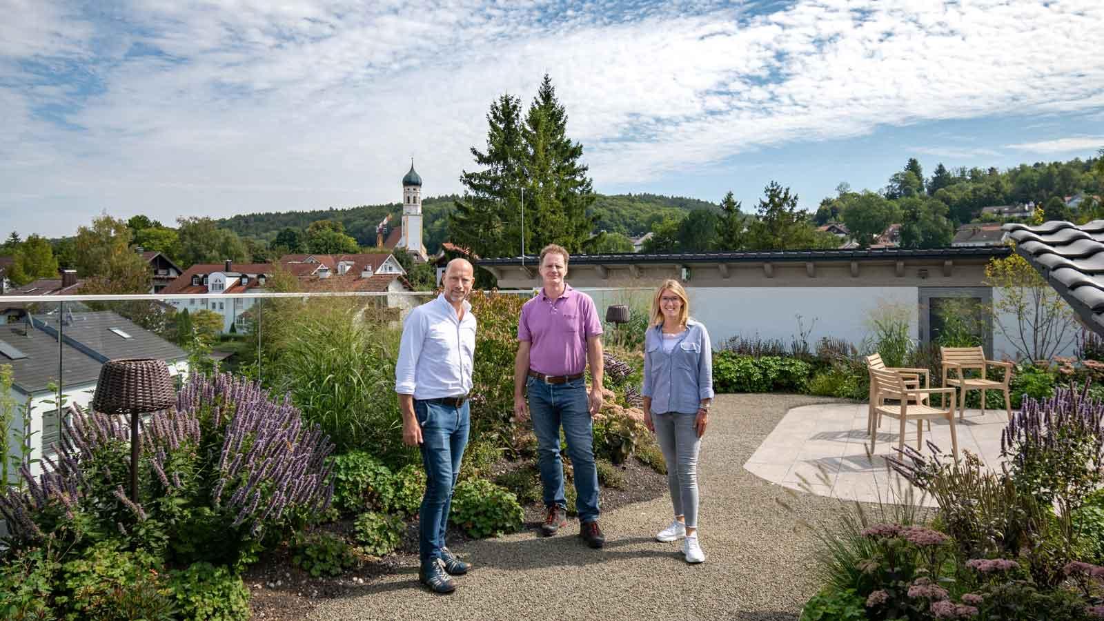 Ulf Walliczek-Rasso-Rebay von Ehrenwiesen und Lena Volk auf dem Dachgarten SeniorenQuartier-Pilsensee