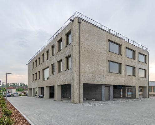 Modernes Bürogebäude aus Betonelementen mit Lüftungssystem